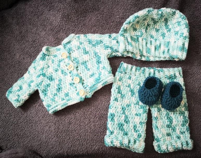 Mönster virkfruns blå kläder till baby Eddie